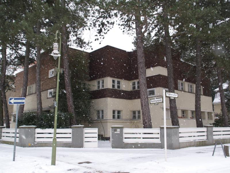 Erich Mendelsohn. casas alineadas en la Karolingerplatz
