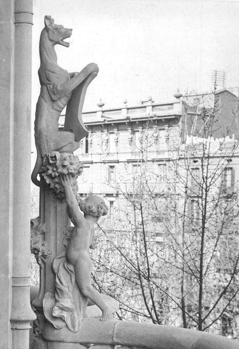 Monolito entre balcones. Fuente: Manuel García-Martín, La casa Lleó i Morera, Barcelona, Catalana de Gas, 1988, p. 58