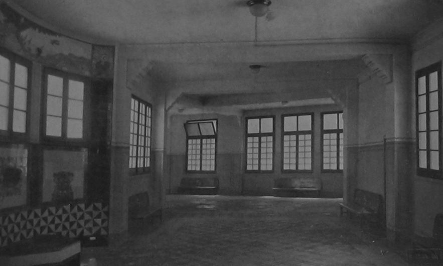 Hall del primer piso. Fuente: Ajuntament de Barcelona, Les construccions escolars de Barcelona, 2ª edición, 1922
