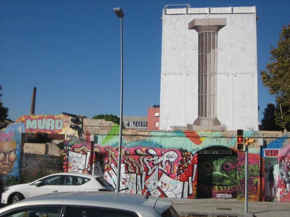 Mural sobre paret mitgera edifici habitatges colindants a les fàbriques de Can Ricart